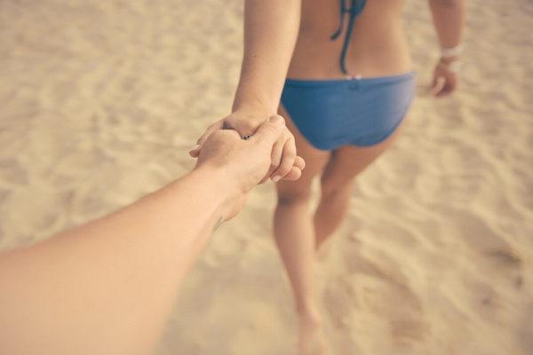 手をつないで歩く恋人